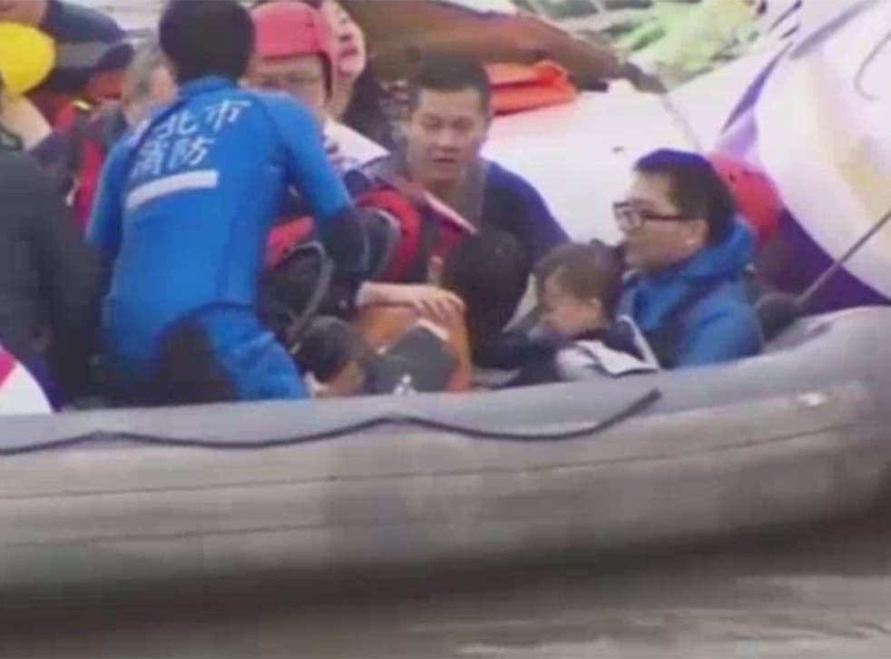 Video from TVBS shows the moment a baby was miraculously pulled from the wreckage of TransAsia 235, which crashed in Taipei.