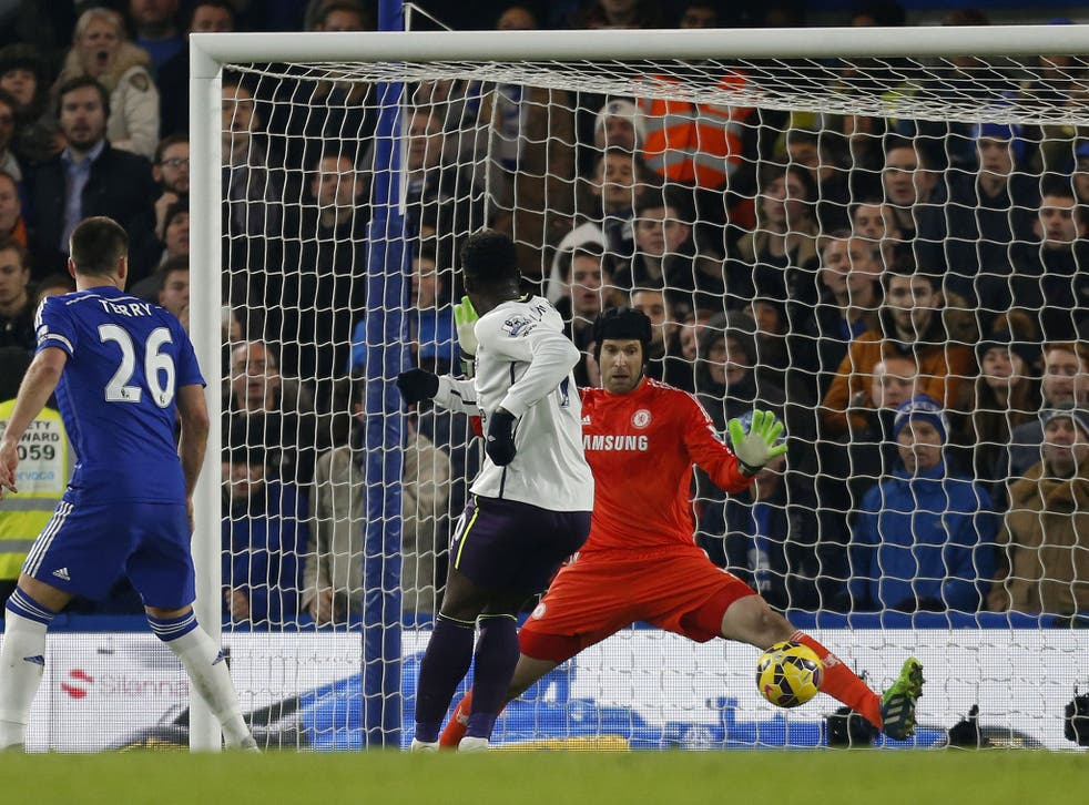 Petr Cech saves close-range shot from Romelu Lukaku