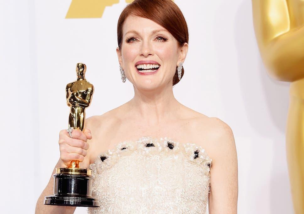 5d72ac39f4d Julianne Moore s Chanel Oscar dress took 27 people 965 hours to make ...
