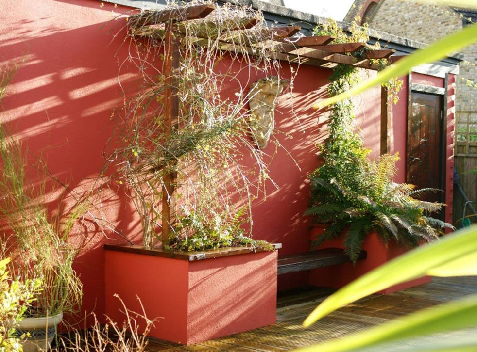 The focal point of the garden, the statement wall in red. www.farrow-ball.com