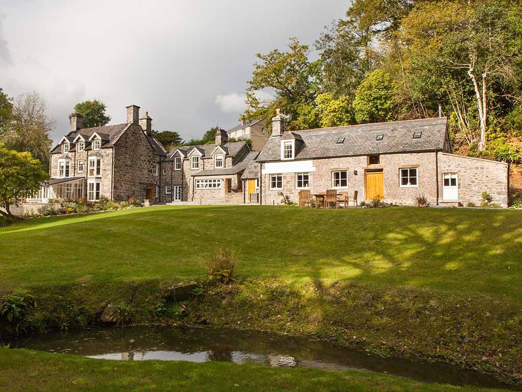 Best large holiday homes and cottages in the uk for a for Big family house