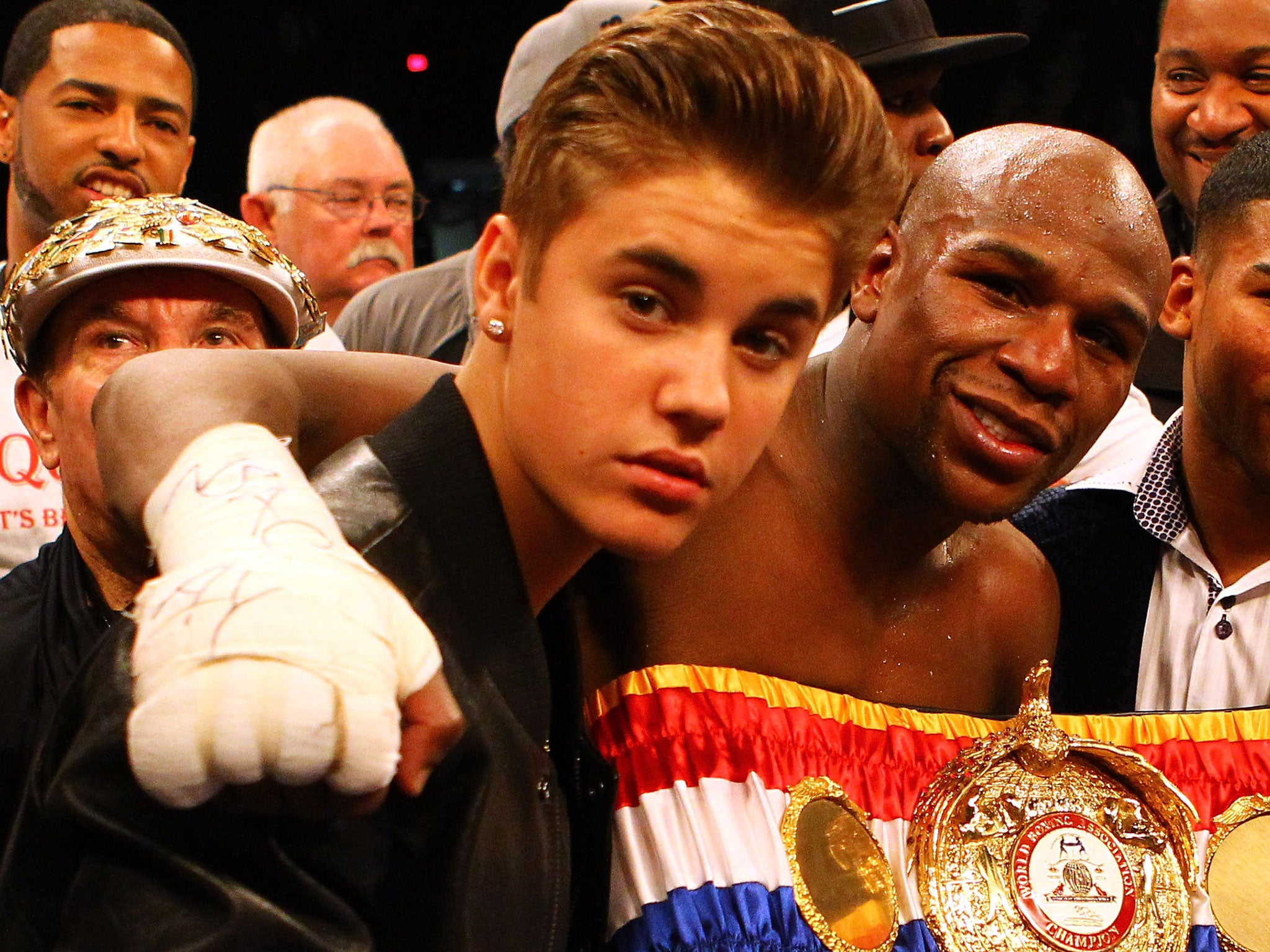 https://static.independent.co.uk/s3fs-public/thumbnails/image/2015/04/29/12/Justin-Bieber-Floyd-Mayweather.jpg