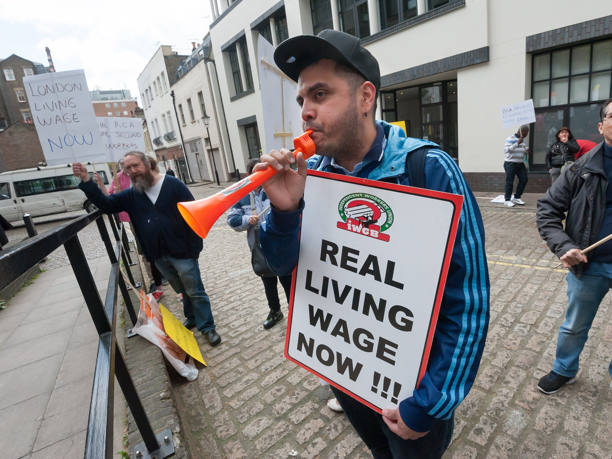 Many families are still struggling with in-work poverty – but the majority of companies still refuse to pay the real living wage