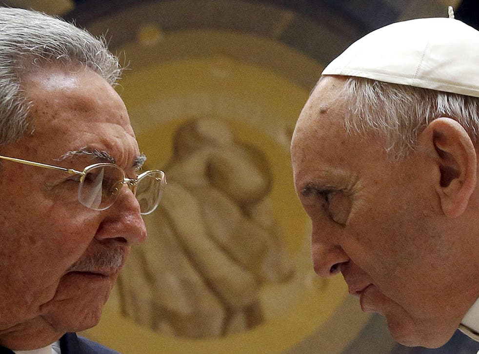Pope Francis (R) meets Cuban President Raul Castro during a private audience at the Vatican