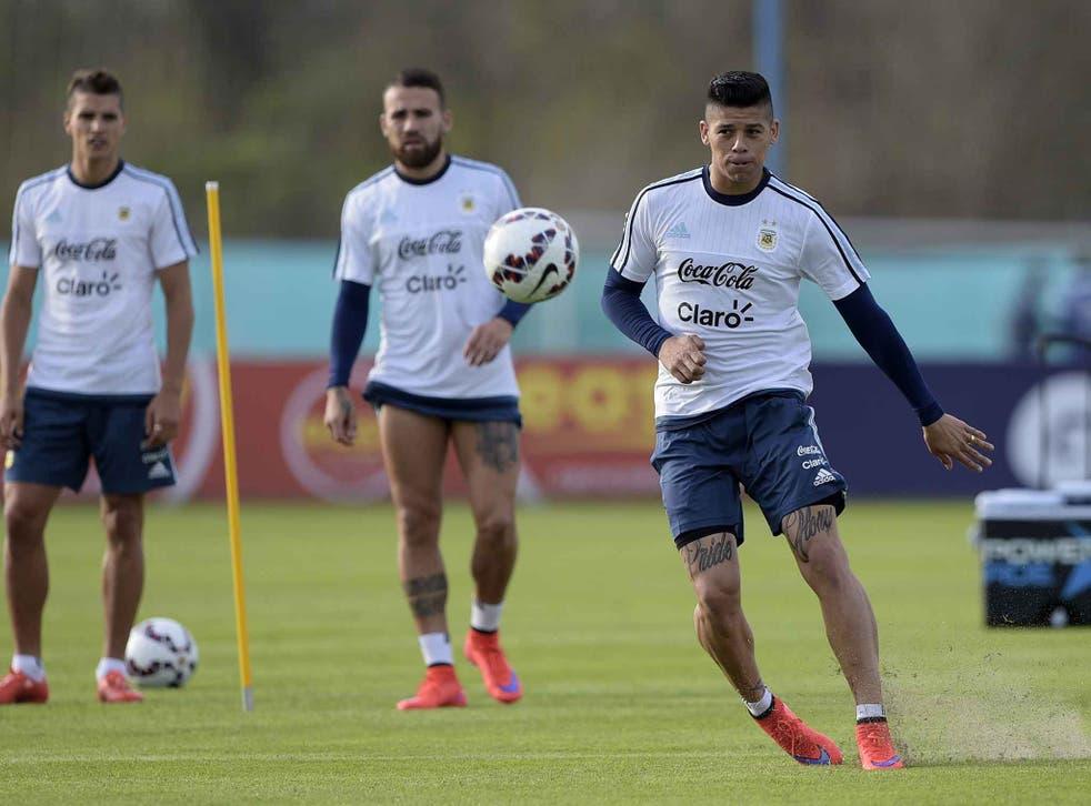 Rojo (R) alongside Otamendi (C) during Argentina training