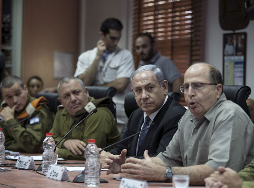Israel's Prime Minister Benjamin Netanyahu (C) and Defence Minister Moshe Yaalon (R) attend a briefing on 2 June, 2015