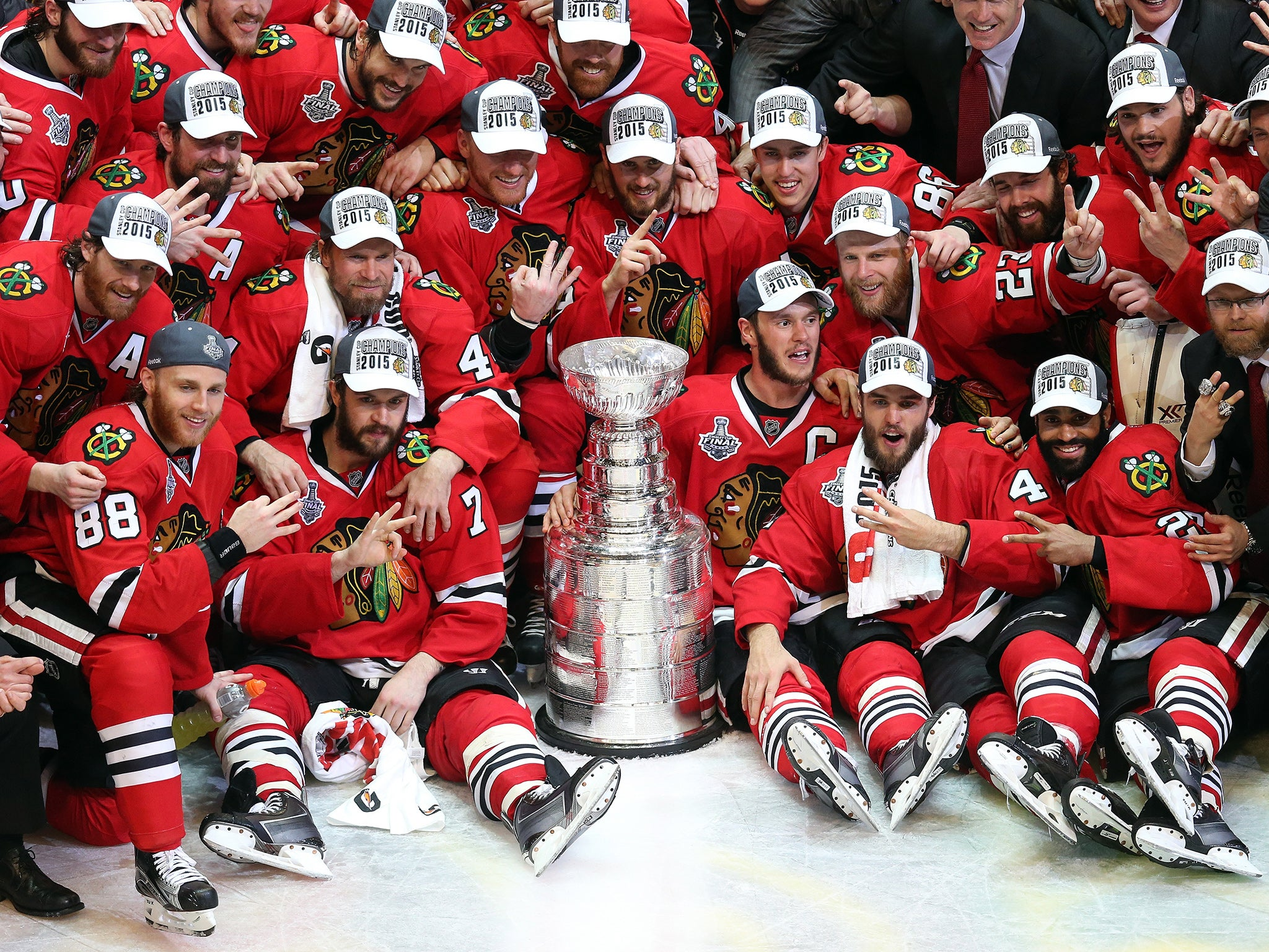 stanley cup 2015: chicago blackhawks win the trophy after 2-0 win