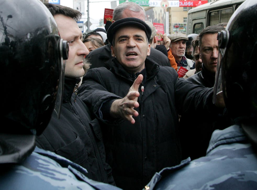 Garry Kasparov gestures to riot police at an anti-Putin march in Moscow in 2007