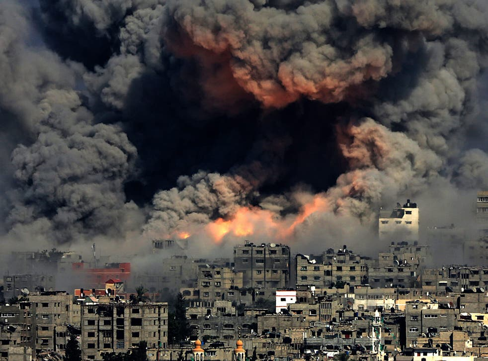 Understanding what happened: smoke rises from Tuffah neighbourhood after Israeli air strikes in the east of Gaza City, 29 July 2014