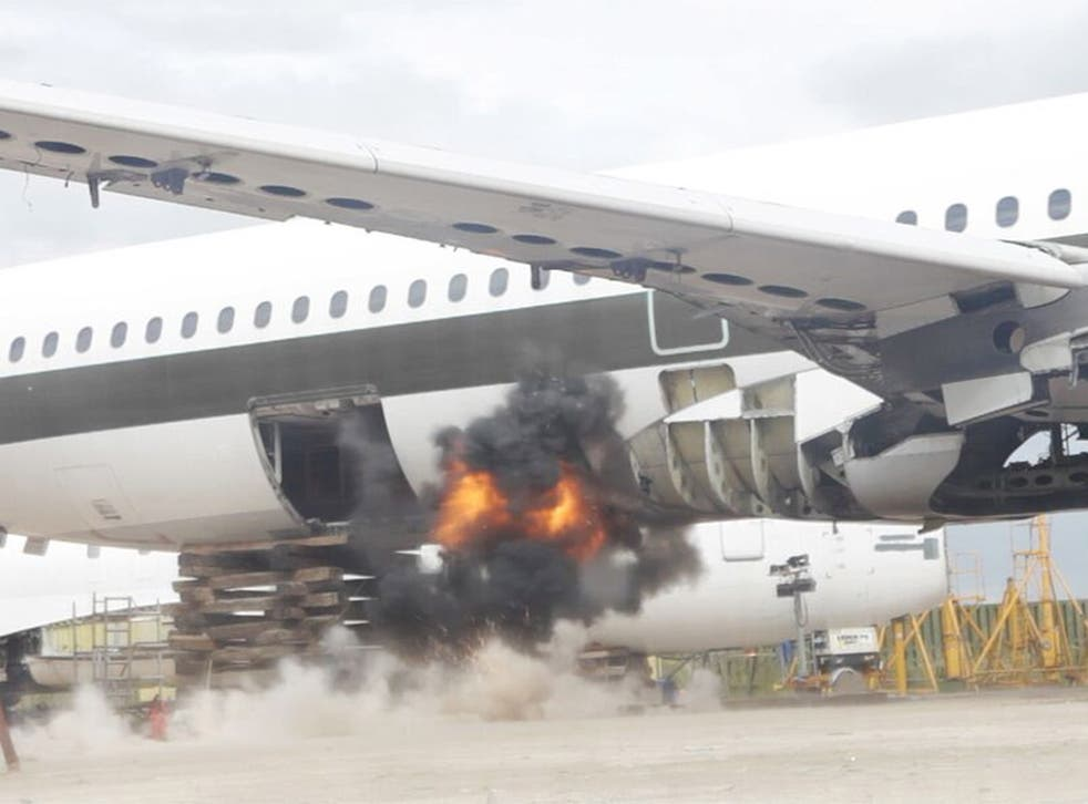 Scientists test an explosion without using the Fly-Bag lining in the luggage hold