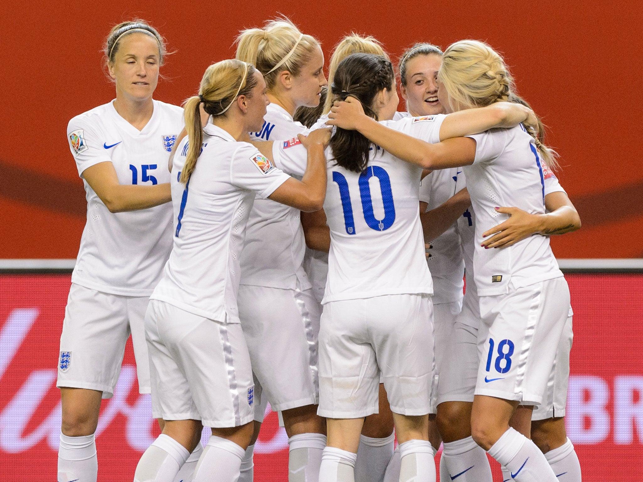 womens football teams arrive - HD2048×1536