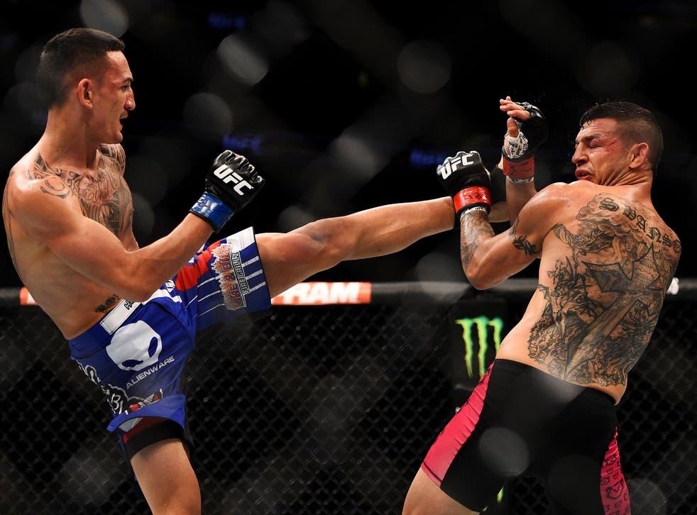 Max Holloway kicks Cub Swanson (Jeff Bottari/ Zuffa LLC)
