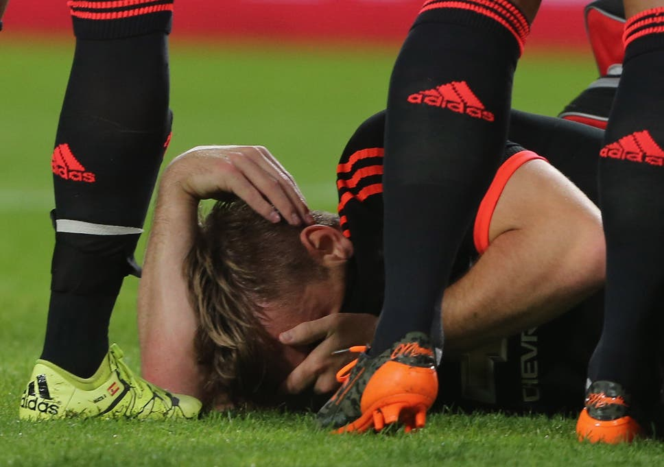 Luke Shaw injury: Manchester United defender to remain in