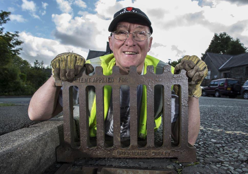 نتيجة بحث الصور عن People risk their lives every day because of their jobs Manhole cover makers