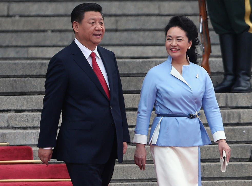 Chinese President Xi Jinping (L) and his wife Peng Liyuan attend a welcome ceremony of Governor General of New Zealand Jerry Mateparae