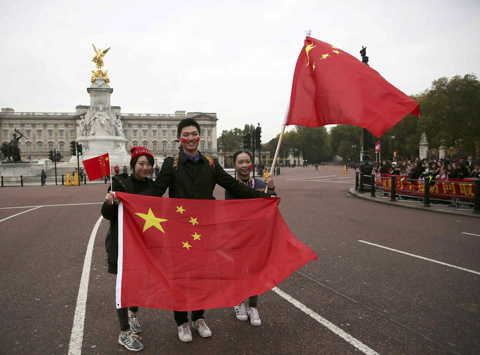 Supporters of China's President Xi Jinping wait on the Mall for him to pass during his ceremonial welcome, in London, 20 October 2015