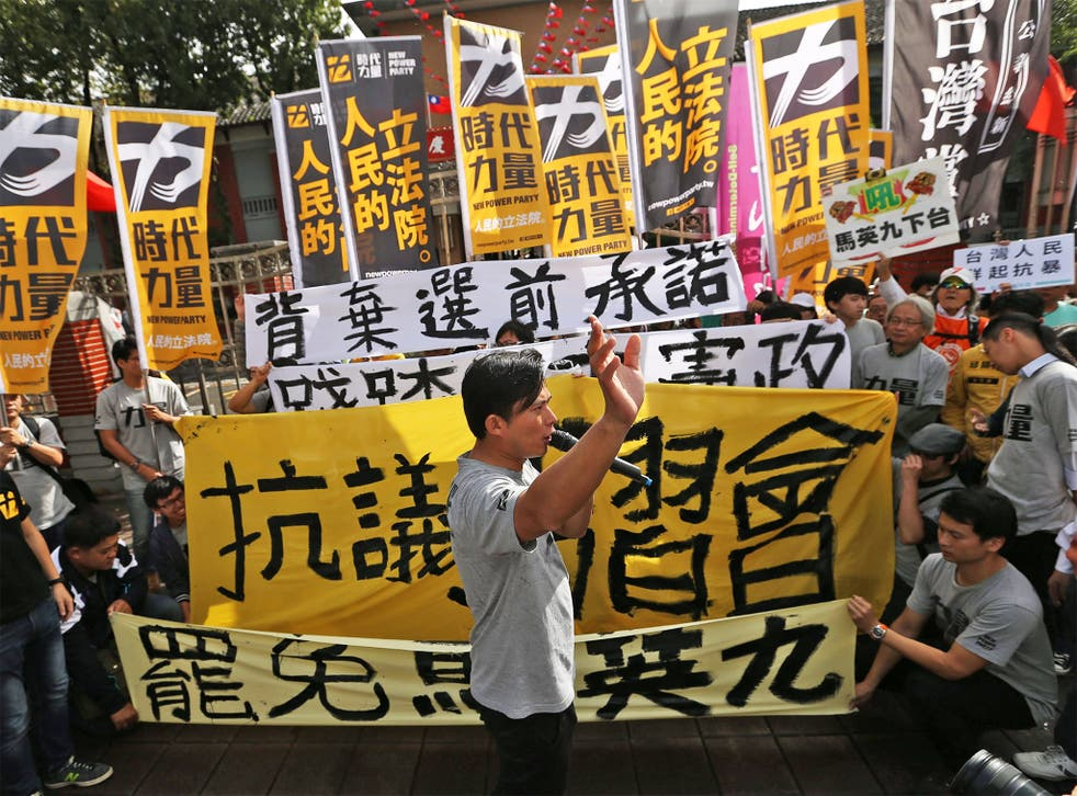 Protesters march towards the presidential office in Taipei yesterday, waving banners and denouncing President Ma Ying-jeou's meeting with China's President Xi Jinping in Singapore this weekend