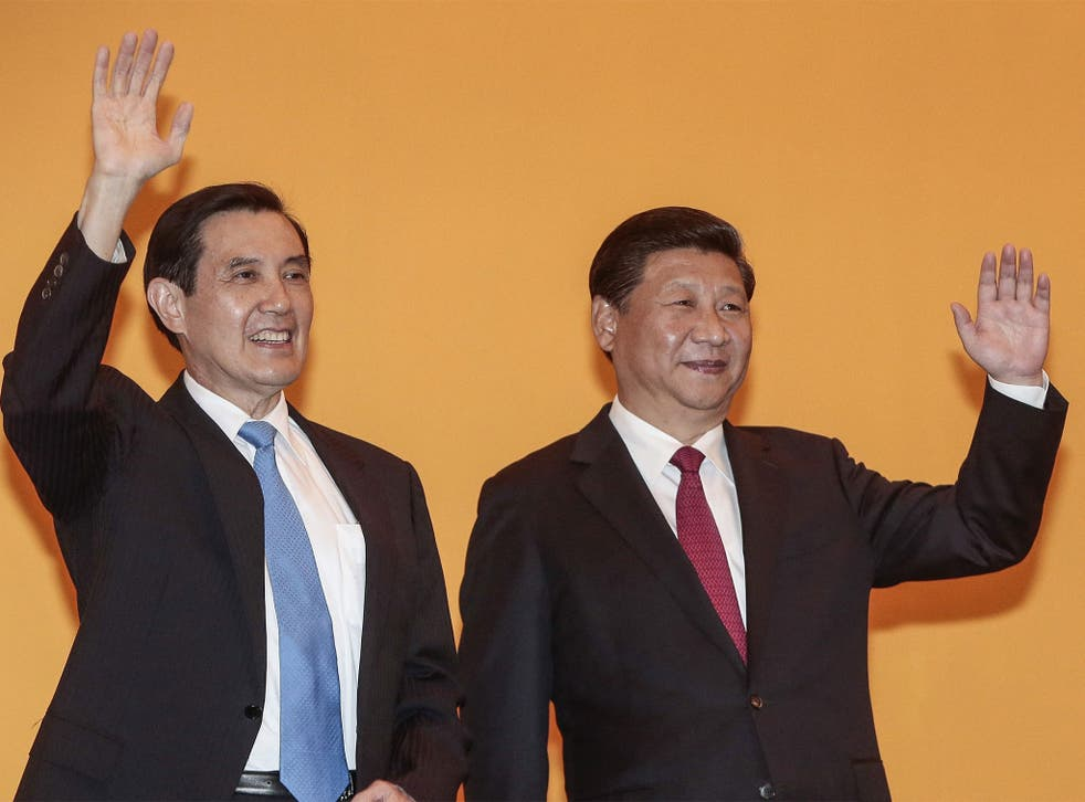 Ma Ying-jeau and Xi  jinping  shook hands and smiled in front of a mass of journalists when they met