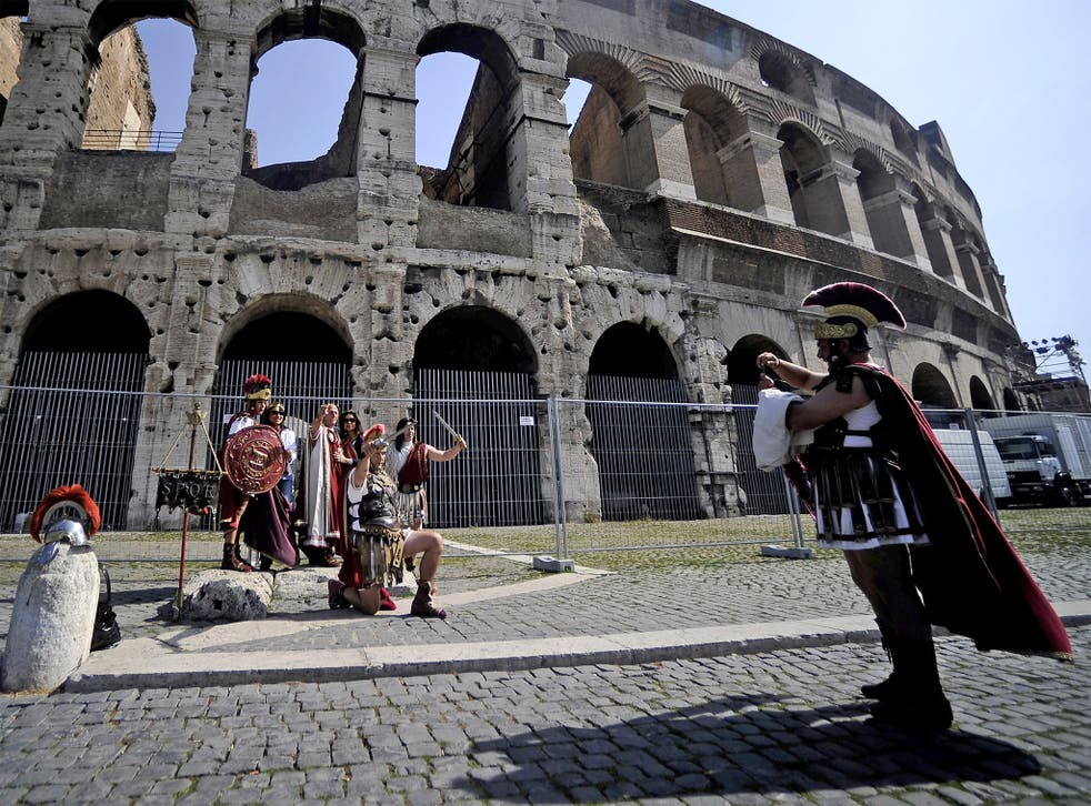 'Street artists' dressed as centurions target tourists outside the Colosseum