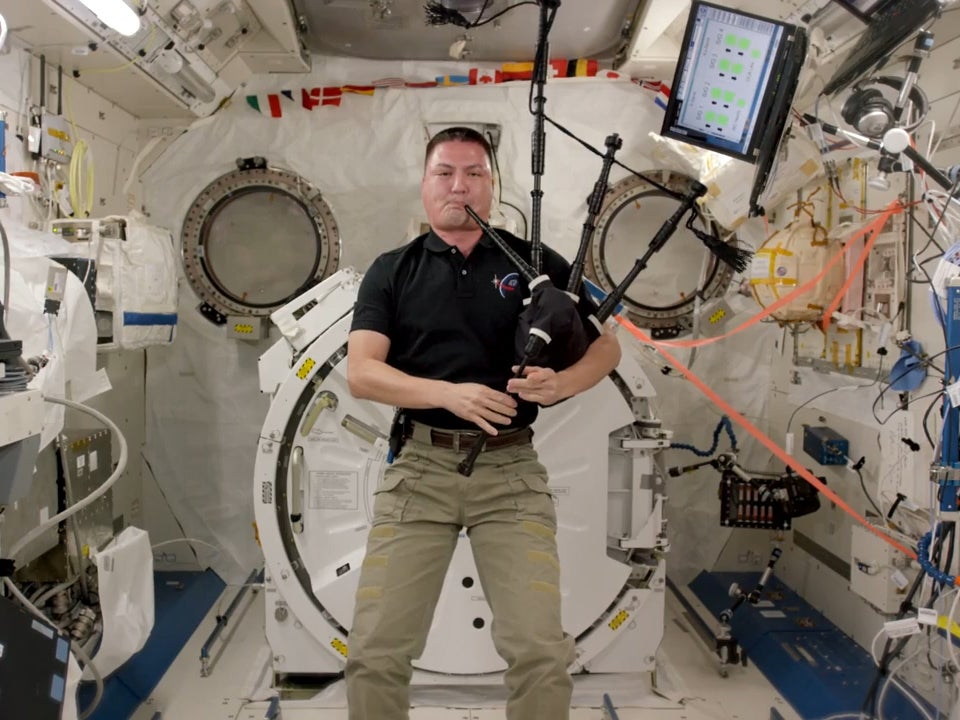 Kjell Lindgren: Nasa astronaut plays bagpipes in space in ...