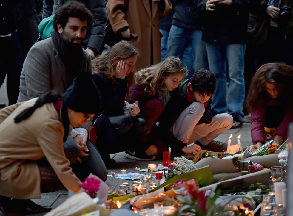Mourners gather in front of the Petit Cambodge and Le Carillon restaurants on November 14, 2015 in Paris