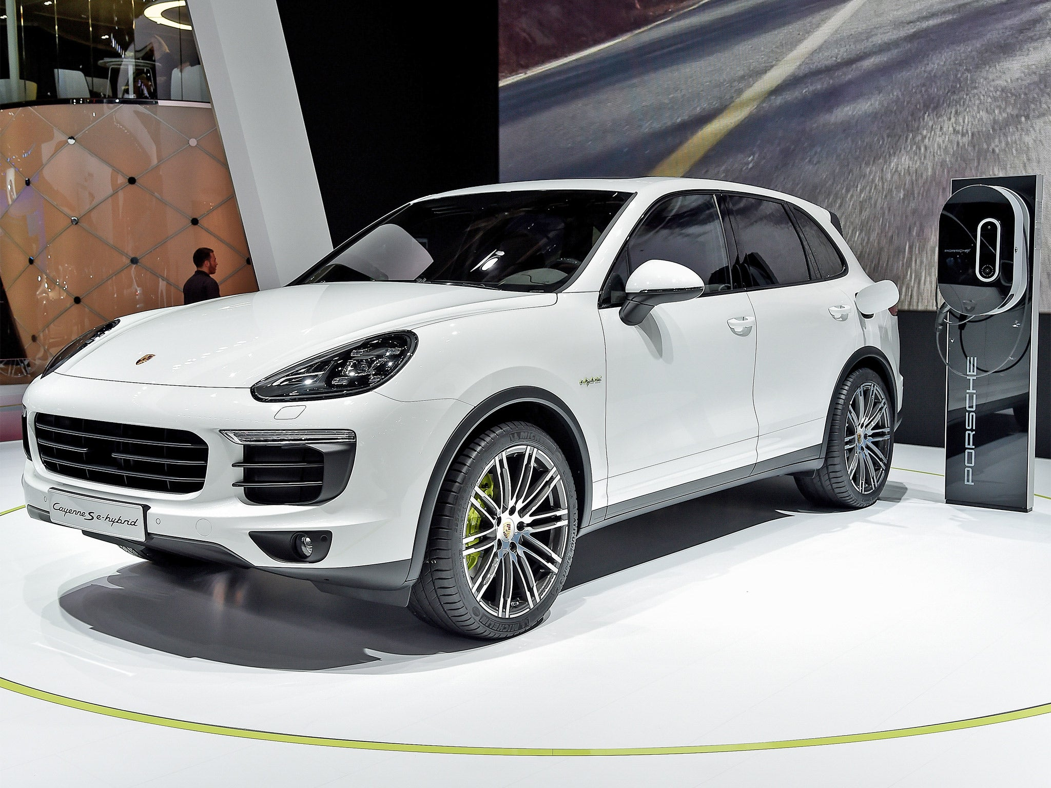 Porsche cayenne s e hybrid motoring review luxury performance cars vs polar bears isn t really a fair fight the independent