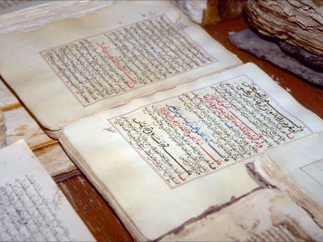 Manuscritos antiguos en exhibición en la biblioteca de Tombuctú, preservados de su destrucción a manos de Ansar Dine, uno de los grupos islamistas de línea dura que controlan el norte de Malí.