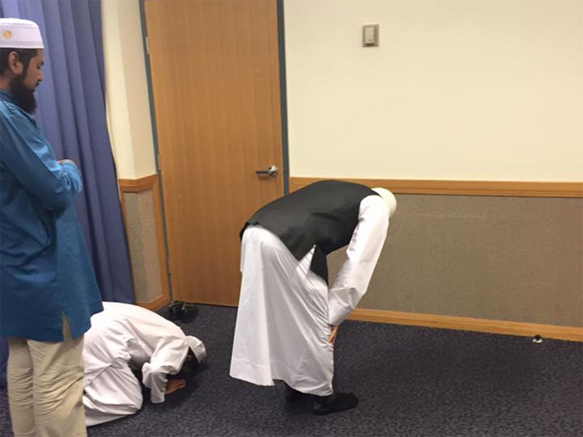 Pictures of Muslim men in Mormon church show      two faiths praying to same God in different way        The Independent