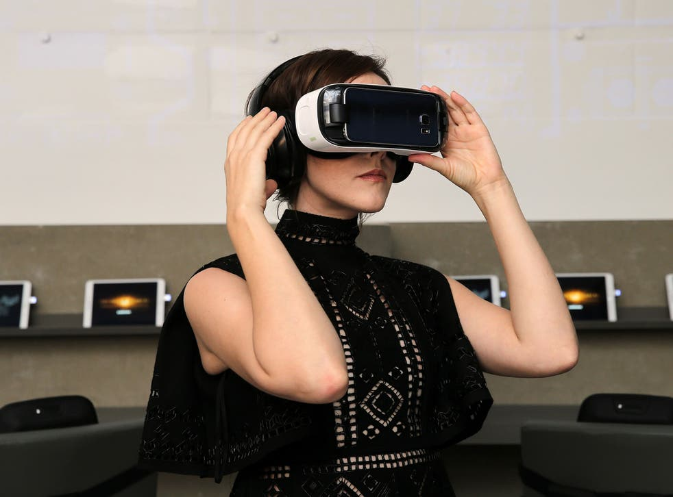 Jena Malone checks out 360-degree digital content using the Samsung Gear VR