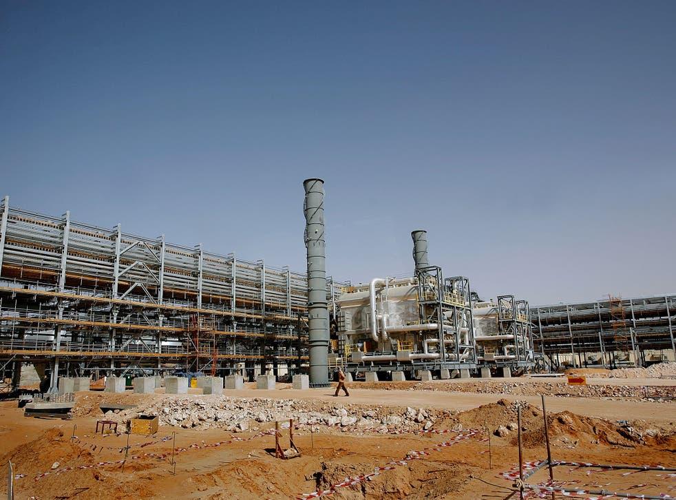 Saudi Aramco's (the national oil company) Al-Khurais central oil processing facility under construction in the Saudi Arabian desert, 160 kms east of the capital Riyadh, on June 23, 2008