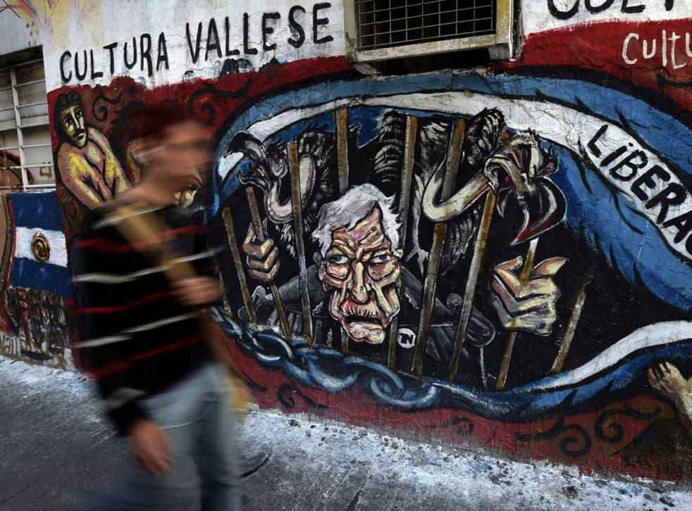 Graffiti in Buenos Aires depicting  US Judge Thomas Griesa and vultures behind bars