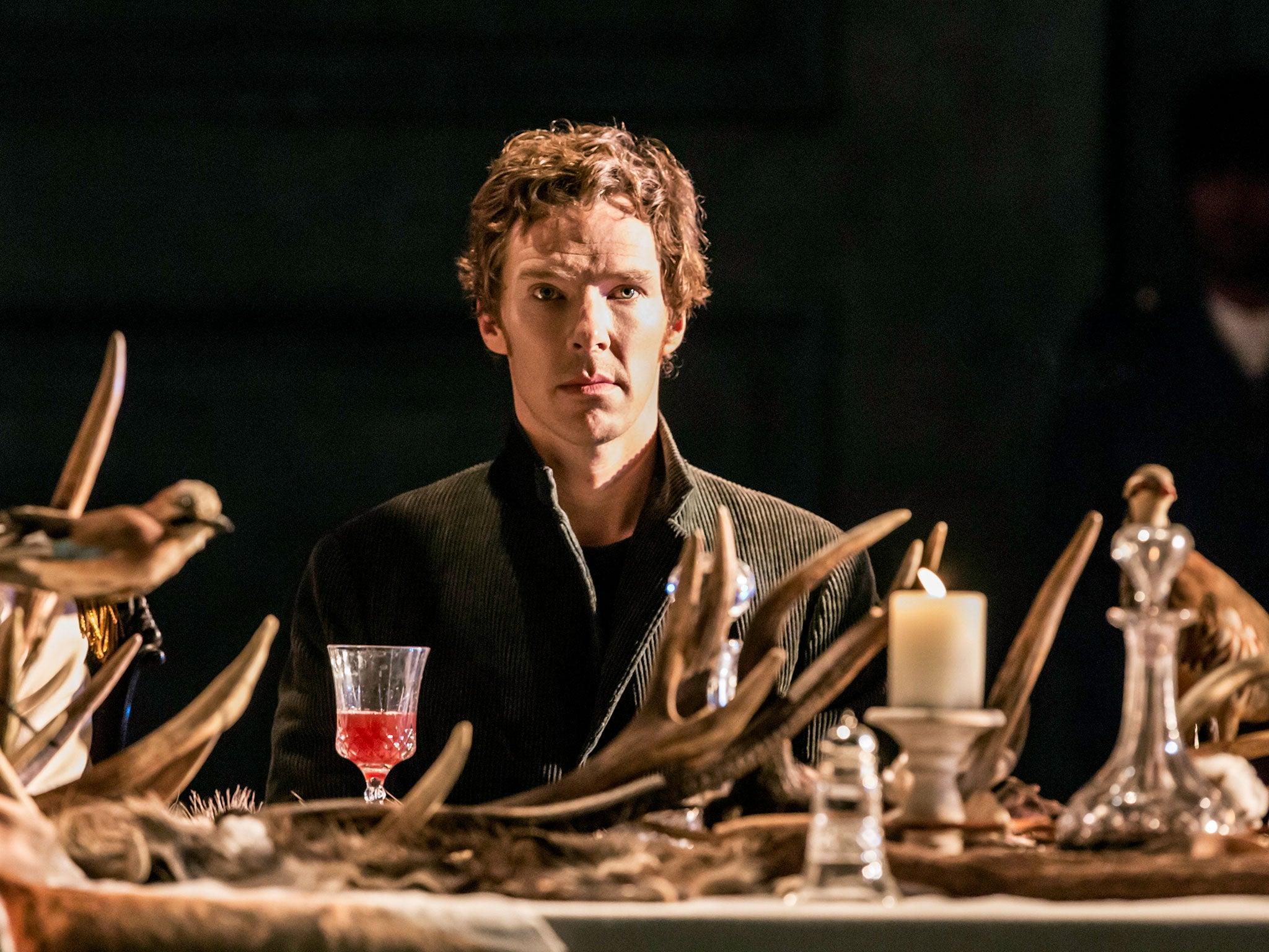 En juillet 2010 Benedict Cumberbatch apparaît à la télévision dans le rôle de Sherlock Holmes de la nouvelle minisérie Sherlock adaptation contemporaine de