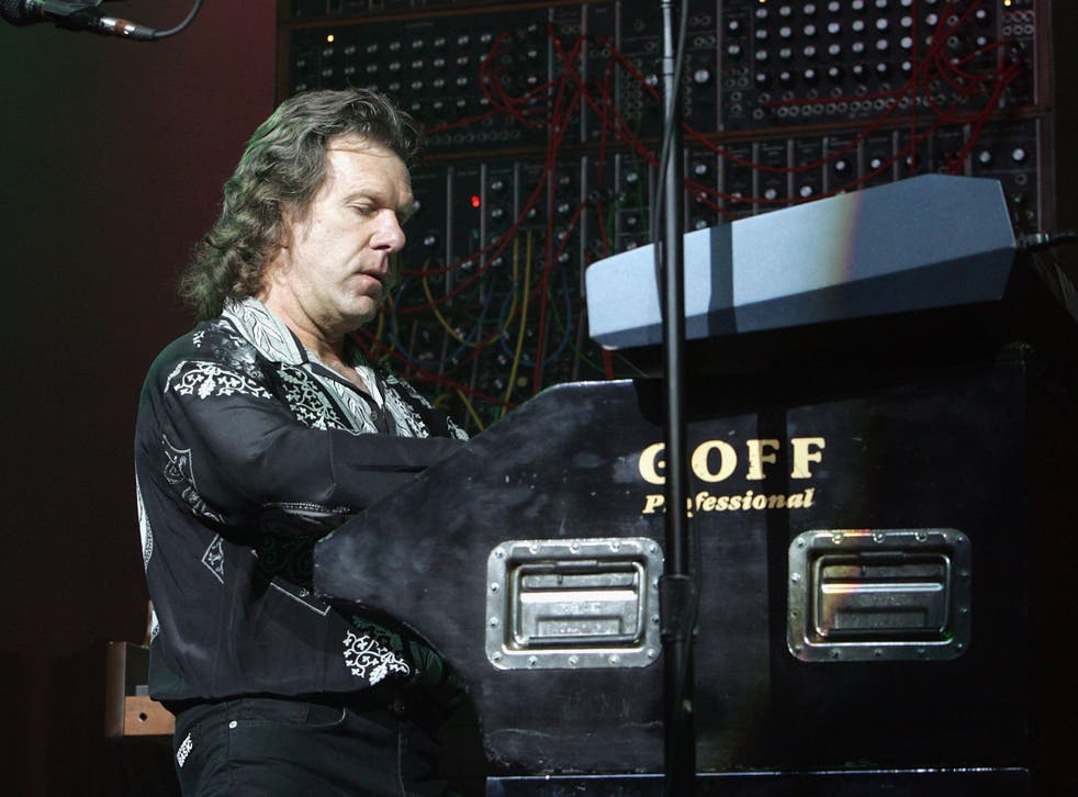 Keith Emerson performs at Universal Amphitheatre in 2004