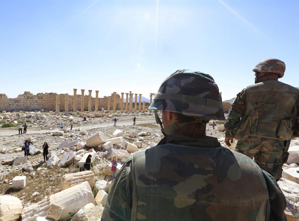 Soldados miran los daños en el histórico Templo de Bel en la antigua ciudad de Palmira en la ciudad central de Homs, Siria, el 1 de abril de 2016