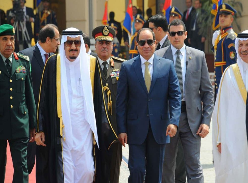 Saudi King Salman (L) walking alongside Egyptian President Abdel Fattah el-Sisi