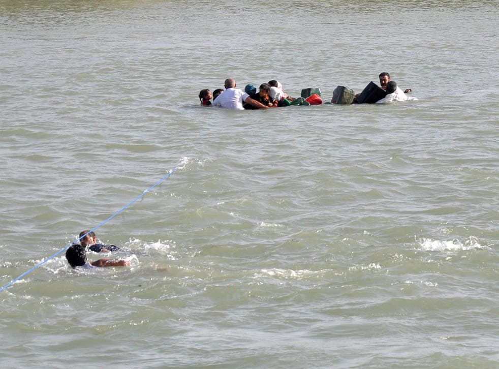 Internally displaced civilians from Fallujah flee their homes by crossing Euphrates River