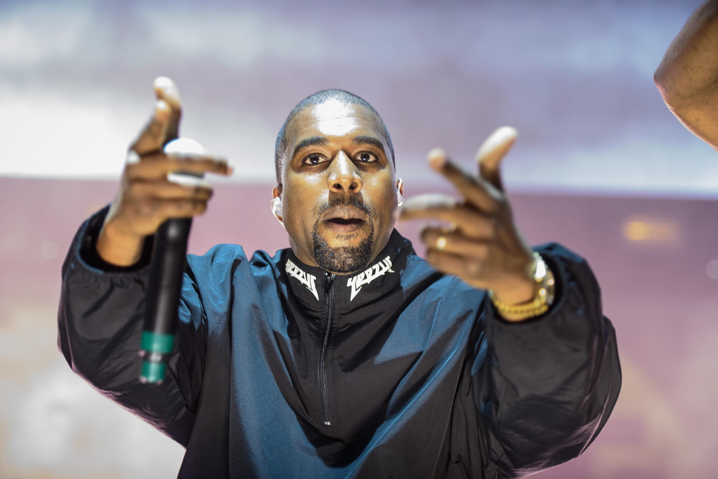 Kanye West Addresses Taylor Swift Famous Controversy While On Stage With Drake I M So Glad My Wife Has Snapchat The Independent The Independent
