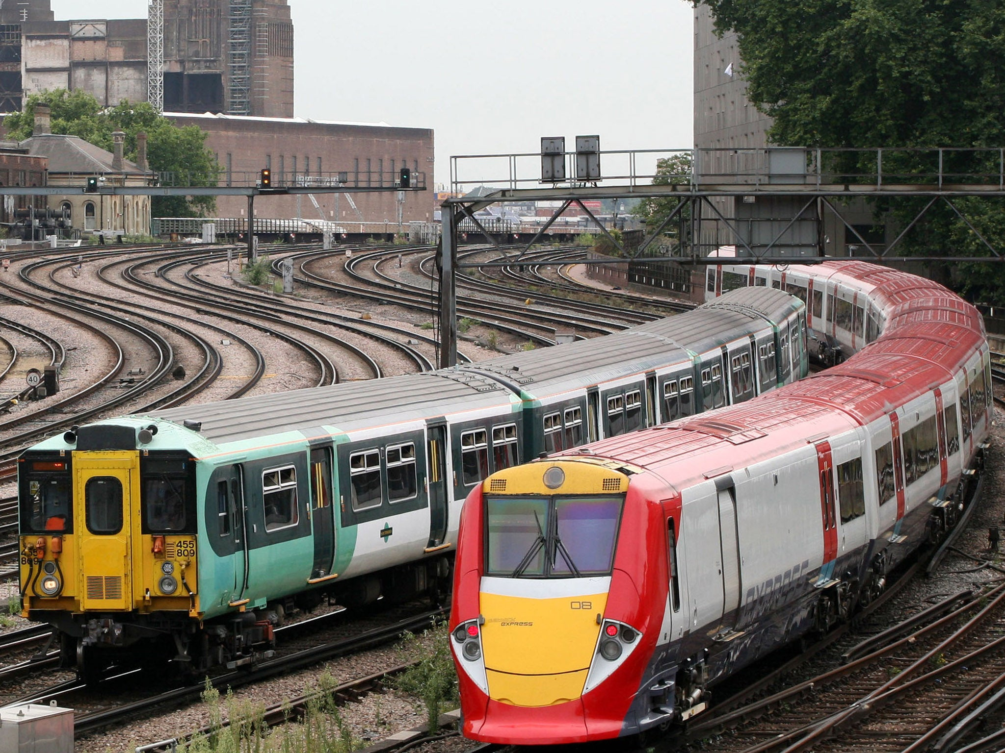 La privatización de los ferrocarriles cuesta a los britanicos £ 5 bn por año e incrementa las tasas y las huelgas (Eng)