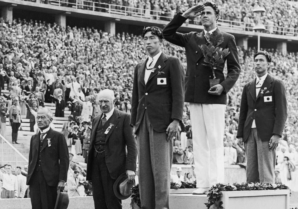 Shuhei Nishida (front) and Sueo Oe after the pole vault at the Berlin Olympics