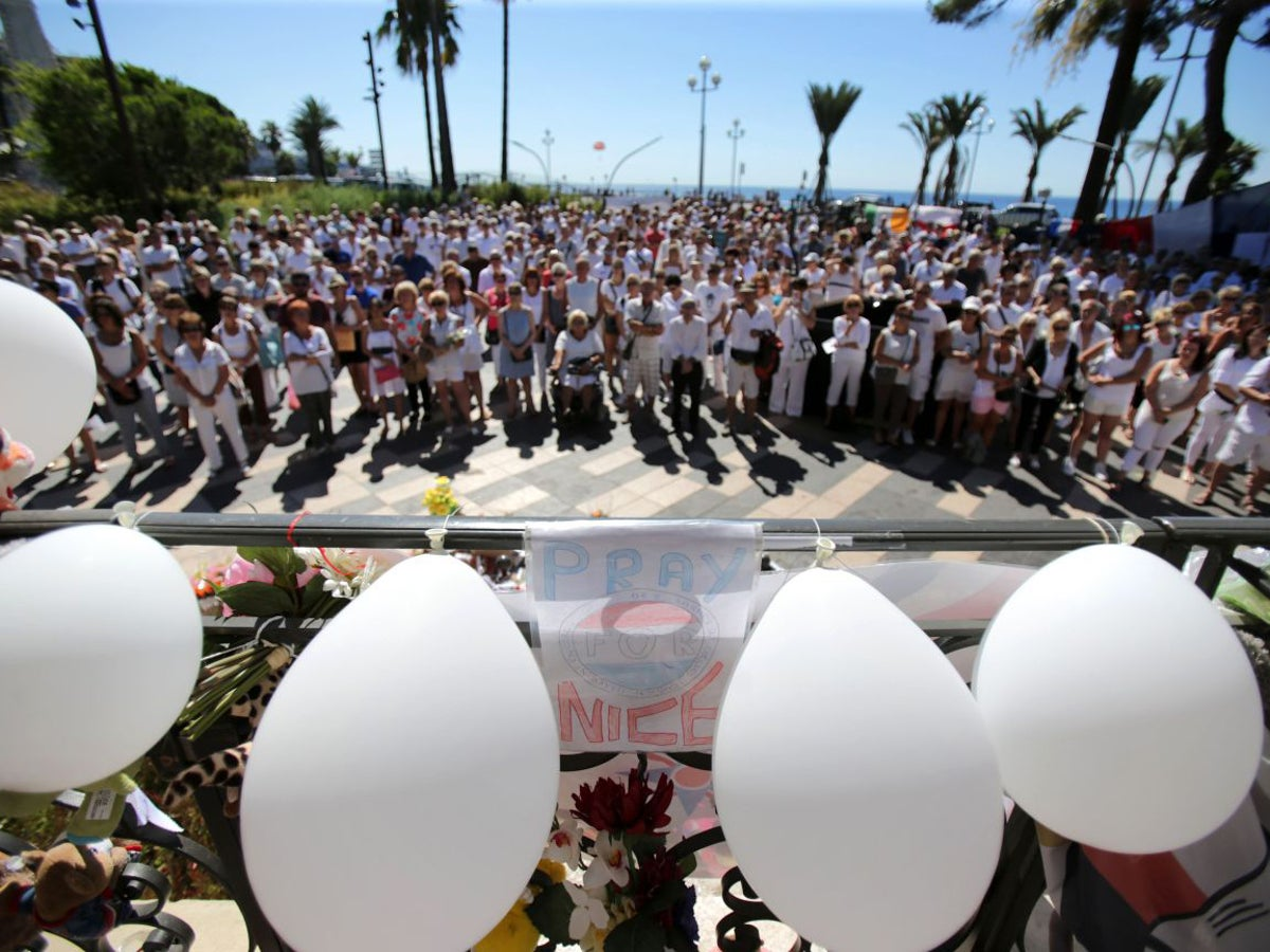 Nice Terror Attack Crowds Dressed In White Pay Tribute To Victims The Independent The Independent
