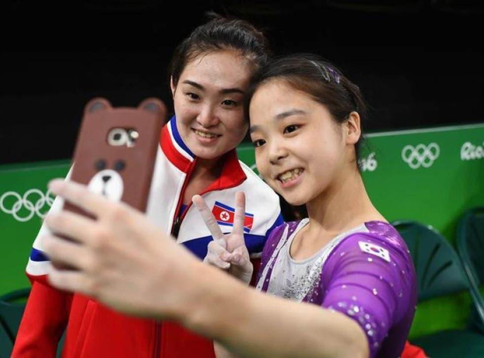 Hong Un Jobg and Lee Eun Ju pose for a selfie