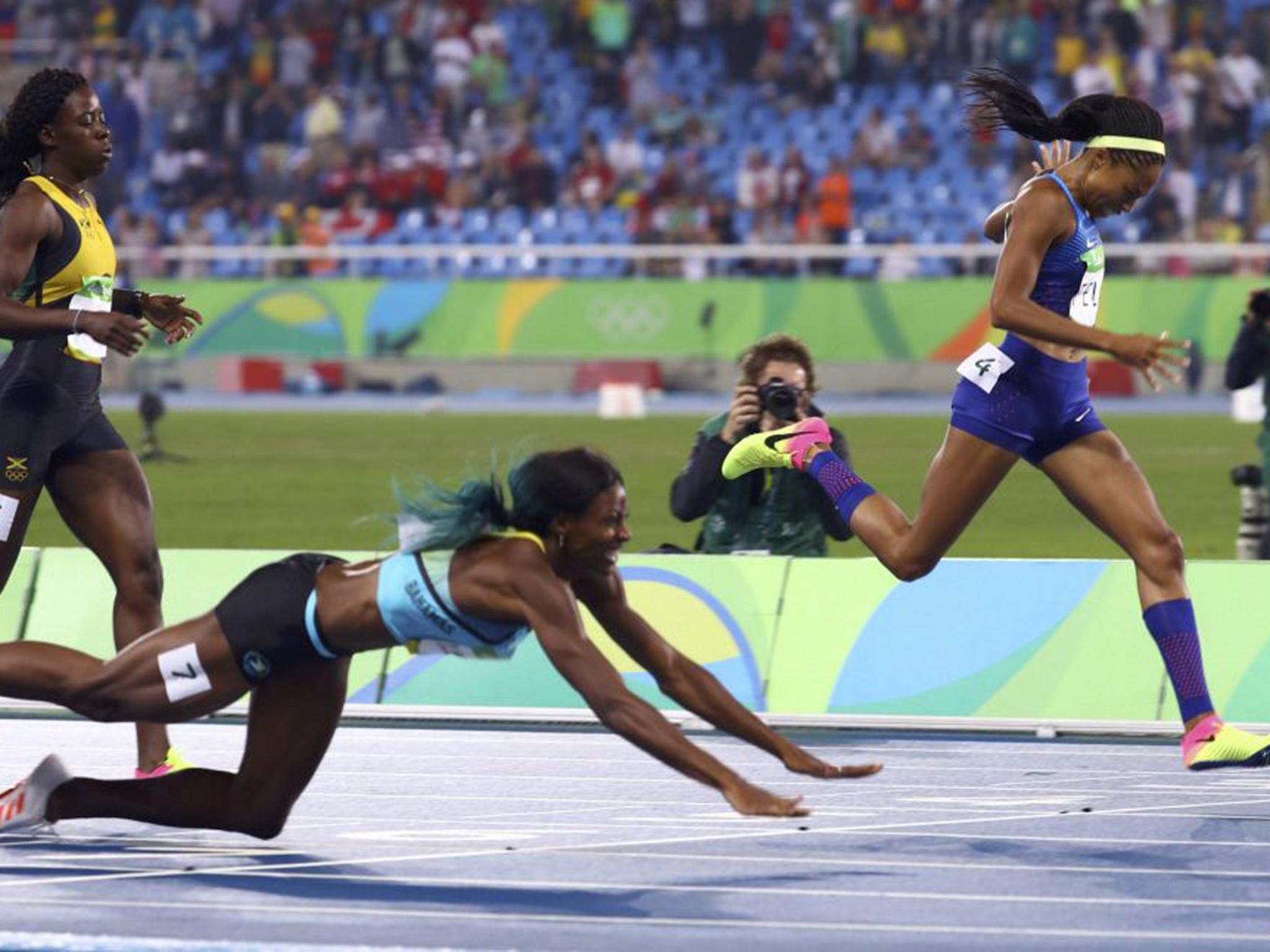 Rio 2016: Shaunae Miller dives over line to win women's 400m gold medal