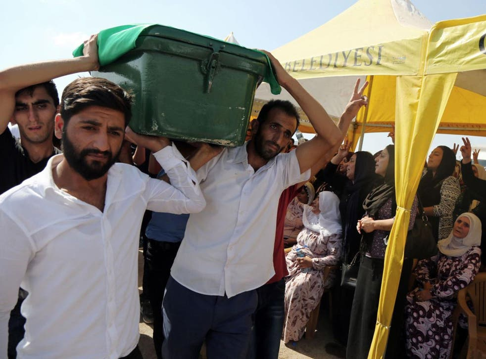 People carry a victim's coffin as they attend funeral services for dozens of people killed in last night's bomb attack targeting an outdoor wedding party in Gaziantep, southeastern Turkey, Sunday, 21 August, 2016