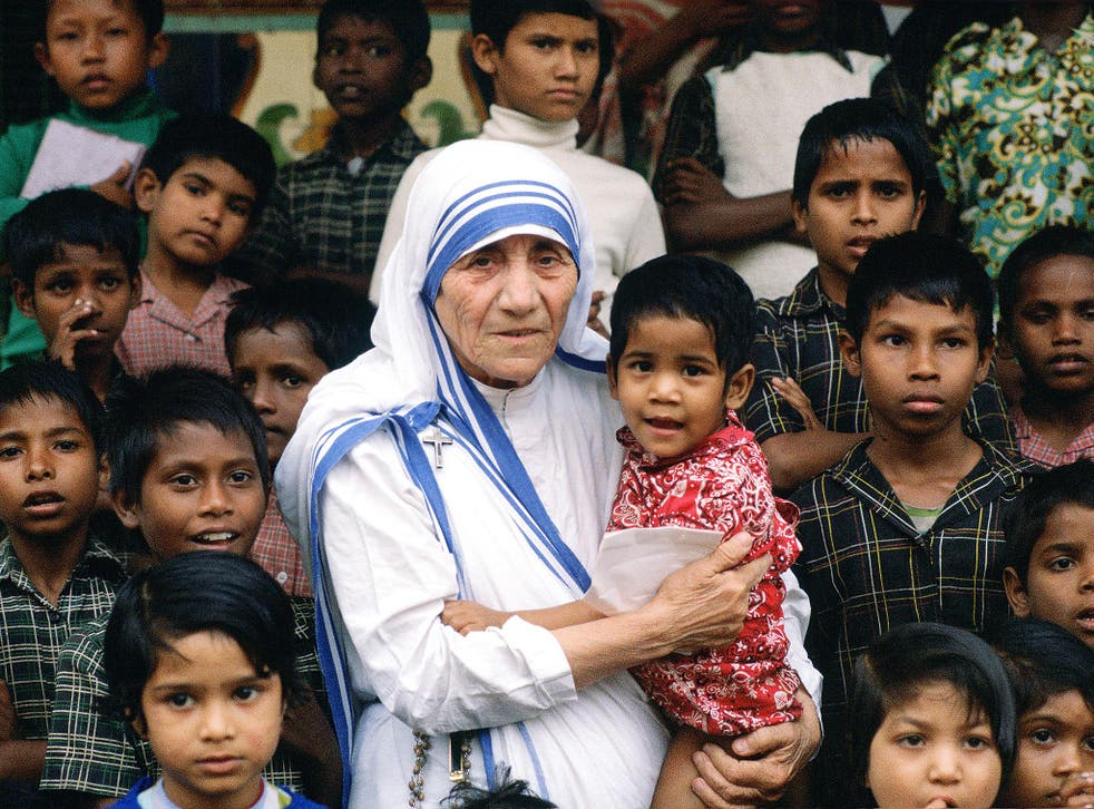 Mother Teresa accompanied by children at her mission in Calcutta, India 05/12/1980