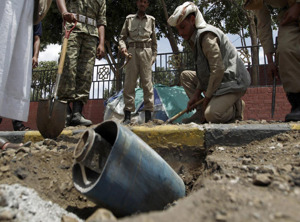A Yemeni explosives expert tries to diffuse a bomb allegedly dropped by the Saudi-led coalition