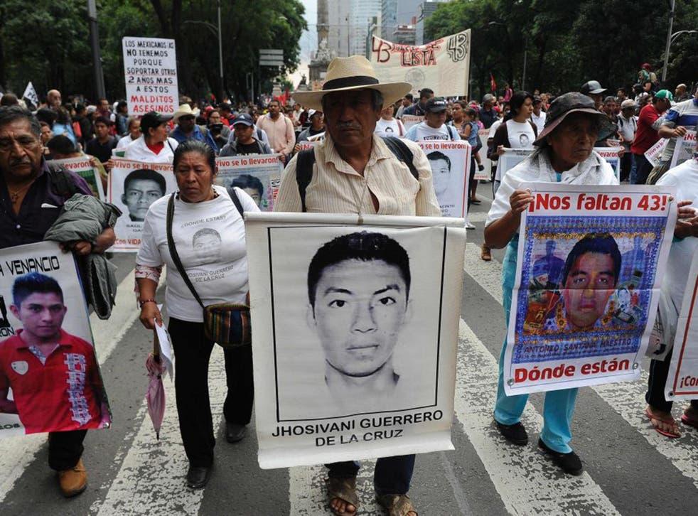 Amigos y familiares de los 43 estudiantes desaparecidos en Ayotzinapa.