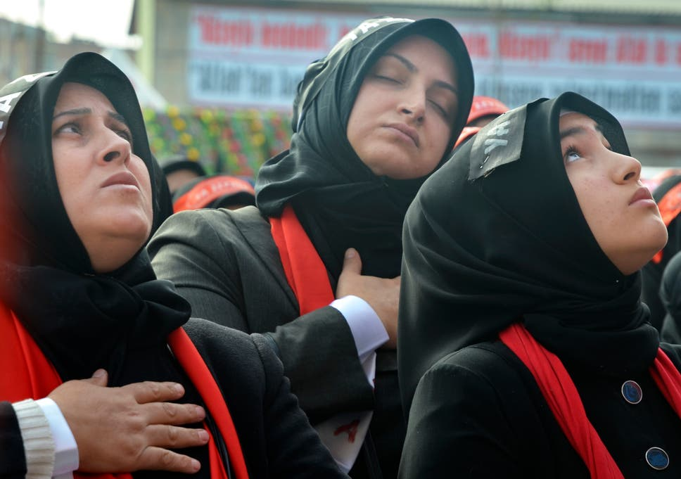 women in istanbul commemorate the tenth day of muharram