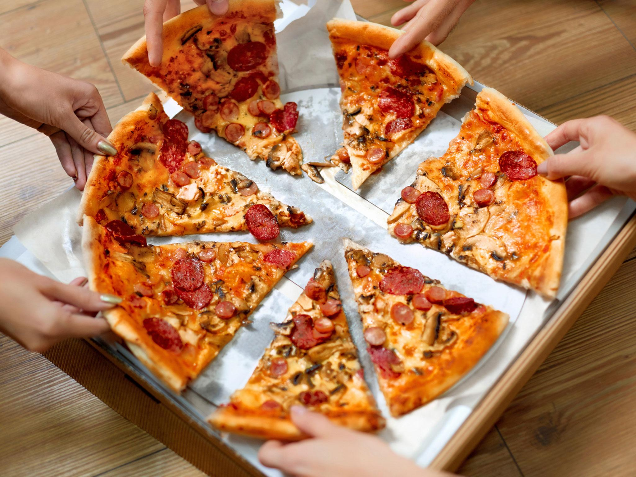 How To Eat A Pizza Properly According To The Experts