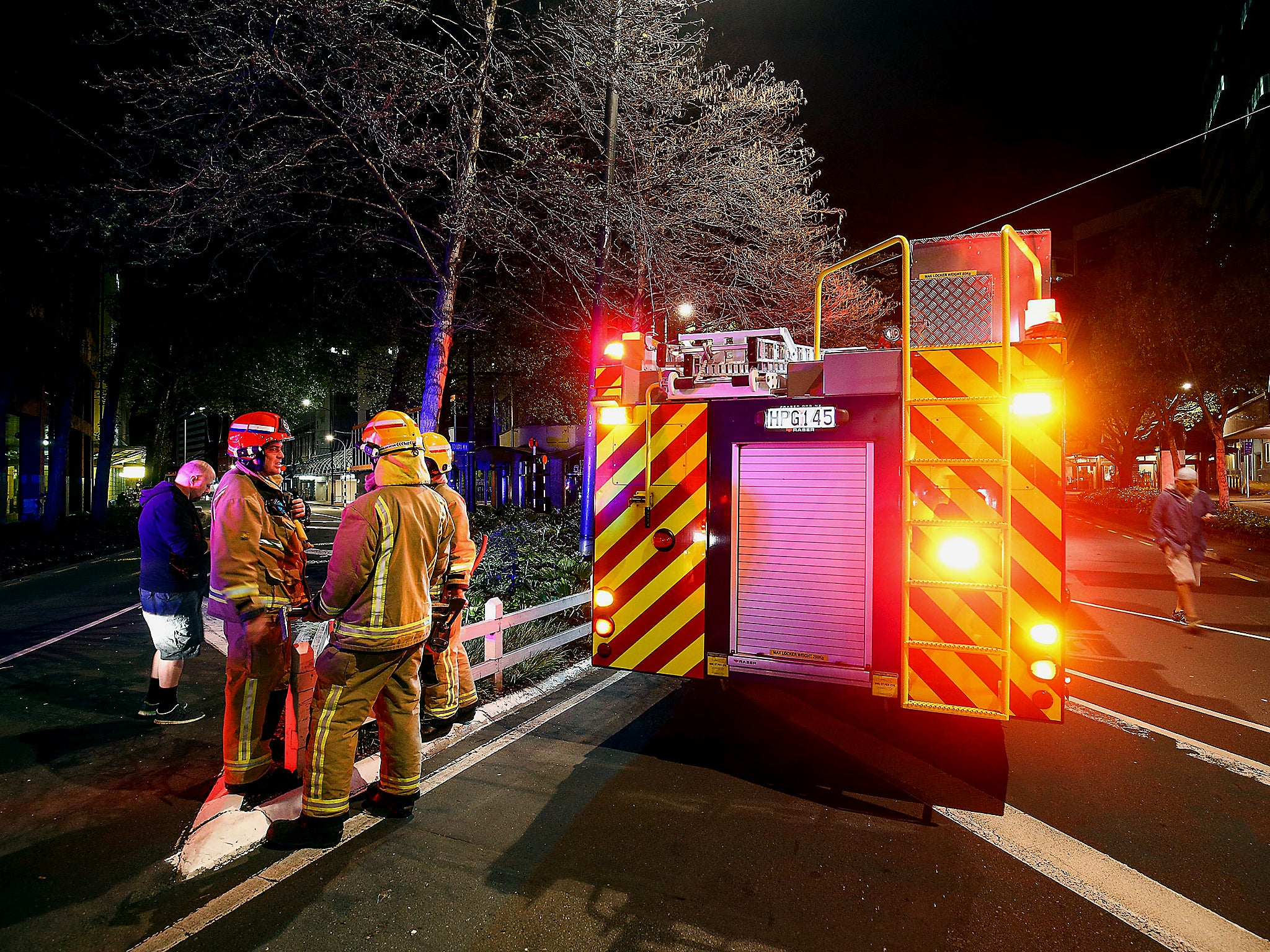 New Zealand News Twitter: New Zealand Radio Reporter Calmly Continues Broadcast