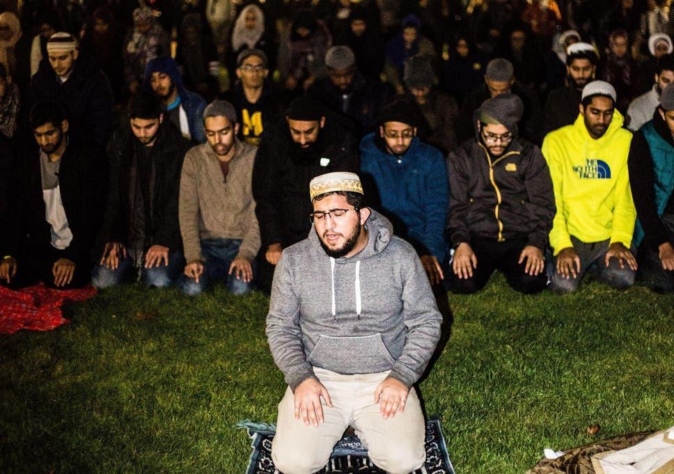 US students form protective wall around praying Muslim